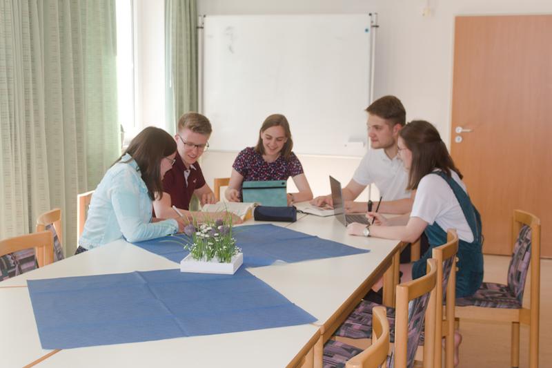 Das Pauluskolleg ist mehr als ein gewöhnliches Studierendenwohnheim. Studierende, die in einer theologischen Disziplin an einer der drei Hochschulen der Stadt ein Studium beginnen, können sich für die Wohndauer von einem Jahr auf ein Zimmer bewerben. Drei Schwerpunkte gehören zu diesem Jahr in der Gemeinschaft: die Persönlichkeitsentwicklung, die Sozialkompetenz und die Förderung der eigenen Spiritualität. Neben den Zimmern gibt es im Haus viele Räume, die die Gemeinschaft fördern.